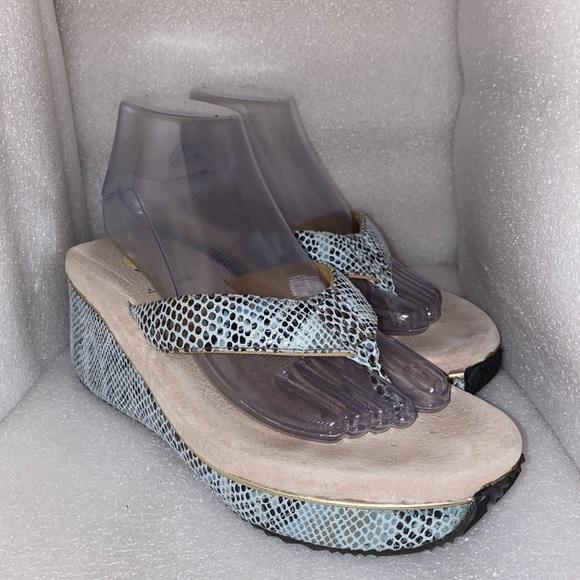 Volatile thong style sandal